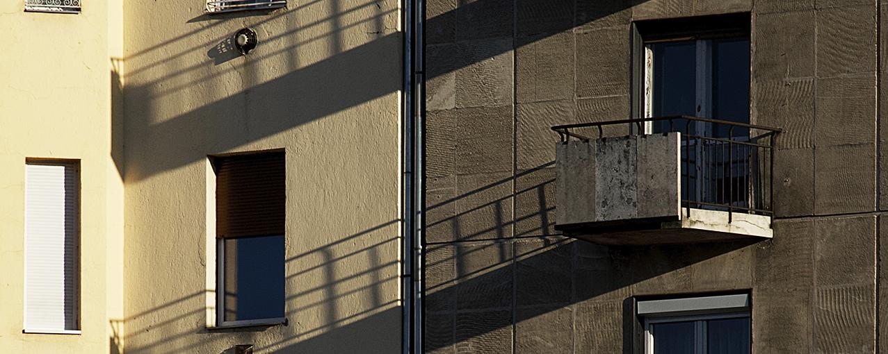 A imagem mostra janelas de dois prédios