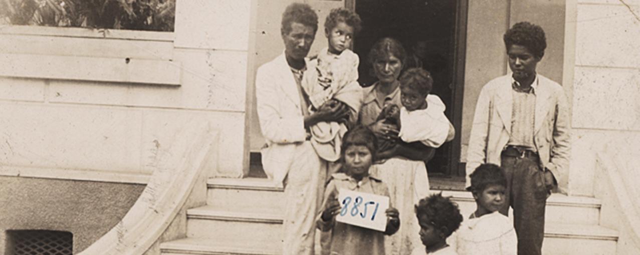 Fotografia de acervo, em sépia, mostrando uma família de imigrantes nacionais, formada por homem, mulher e seis filhos