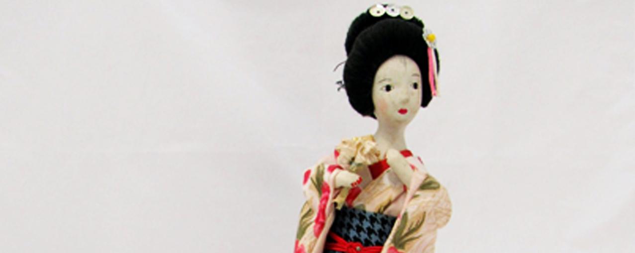 Boneca japonesa de porcelana com roupas típicas