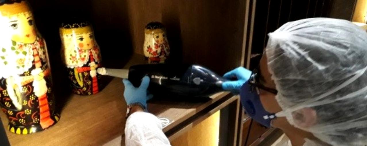 Pessoa higienizando peças de acervo